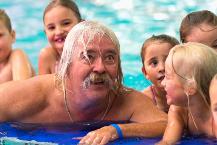 Foto bestuurslid Georg Dietrich in zwembad