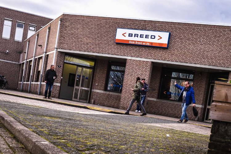 foto voorkant gebouw van Breed met met medewerkers