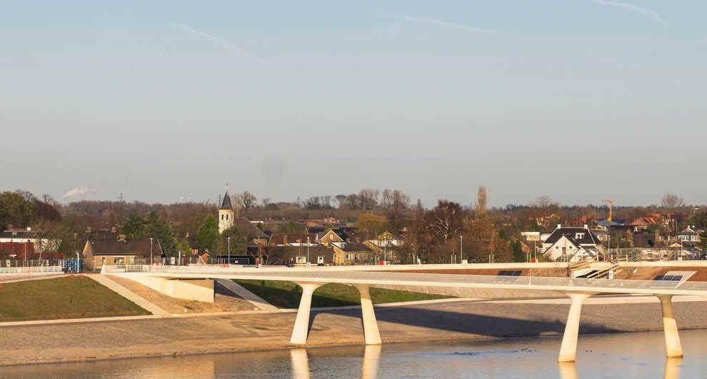 Foto van de promenadebrug bij Lent