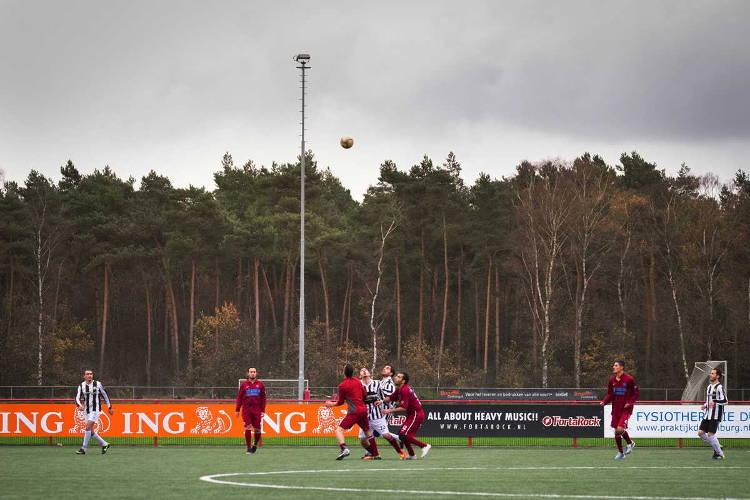 vluchtelingen Heumensoord spelen een spelletje voetbal