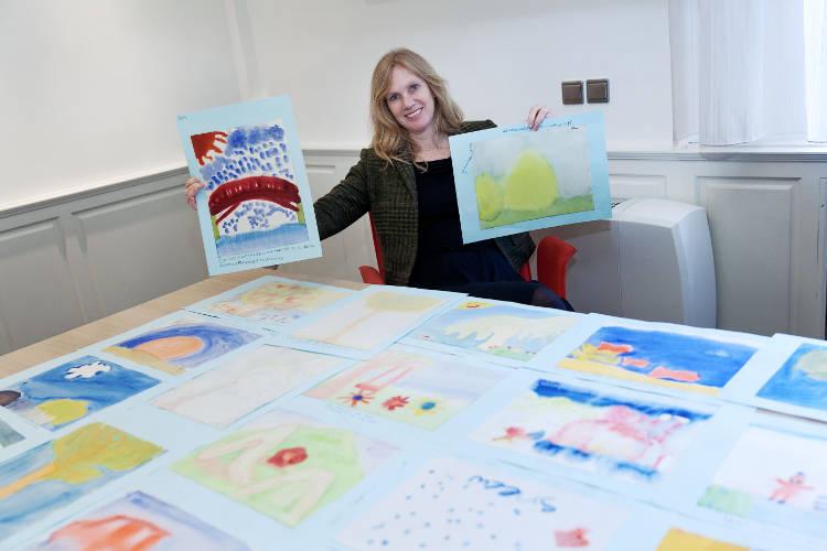 Wethouder Harriët Tiemens met  aquarellen gemaakt door kinderen