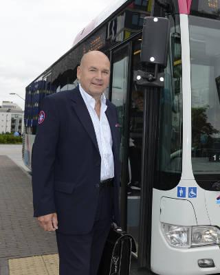 foto van een buschauffeur van maatschappij breng
